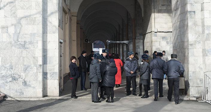 Бишкекчан, желающих попасть на центральную площадь Ала-Тоо, где будут проходить праздничные мероприятия, проверяют с помощью стационарных и ручных металлоискателей.