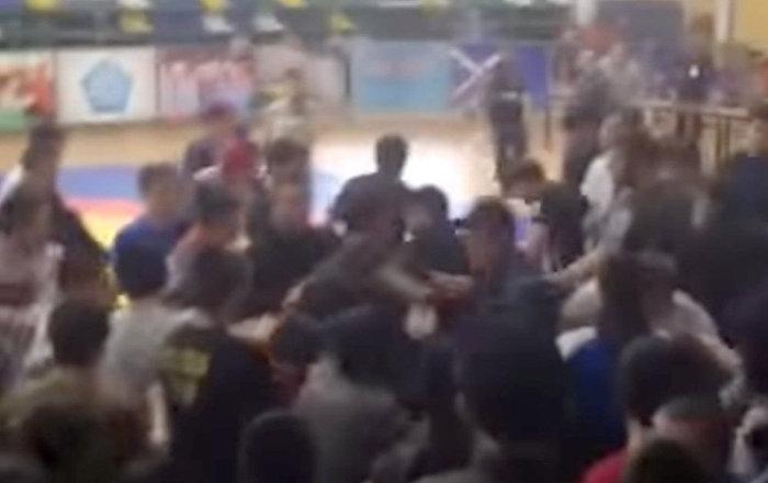 Массовая драка школьников-болельщиков произошла на турнире в Дагестане