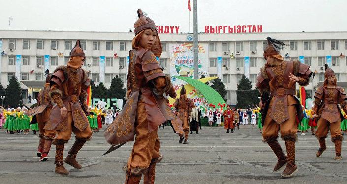 На центральной площади организовали театрализованное представление и праздничную концертную программу с участием танцевальных и песенных коллективов всех театров города и областной филармонии.