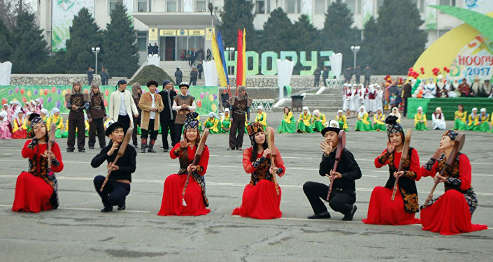 Торжественные мероприятия проходили на центральной площади города, где установлены юрты, в которых были представлены национальная кухня и элементы национальной культуры.