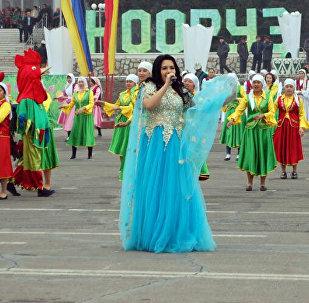 Празднование Нооруза на центральной площади Оша