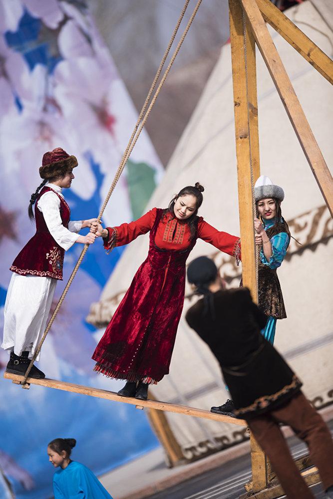 На площади установили традиционный для всех празднеств селкинчек (качели)