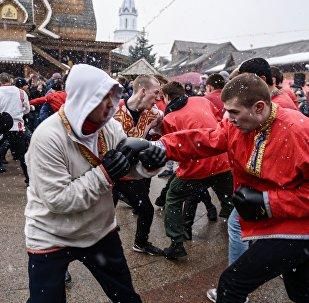 Участники кулачных боев стенка на стенку во время празднования Масленицы. Архивное фото
