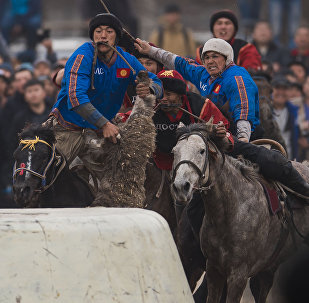 Игроки команд Достук (Ош) и Ынтымак (Талас) во время финальных игр по кок бору ко дню Нооруза на городском ипподроме Ак-Кула в Бишкек