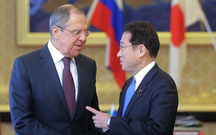 Министр иностранных дел Японии Фумио Кисида и министр иностранных дел РФ Сергей Лавров во время встречи в рамках своего визита в Японию