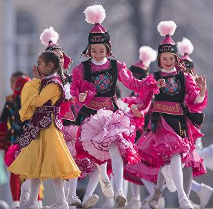 Участницы танцевальной программы во время празднования Нооруза на площади Ала-Тоо в Бишкеке. Архивное фото