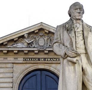 Главный вход в Колледж де Франс, знаменитое высшее учебное заведение и научно-исследовательский центр, в Париже. Архивное фото
