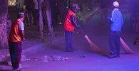 Дворники во время уборки территории в ночное время. Архивное фото