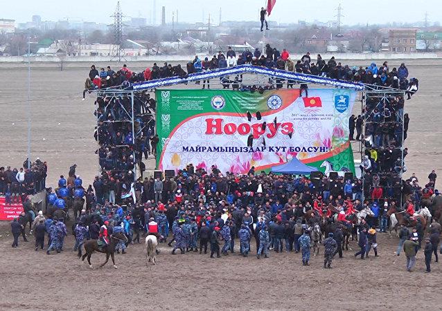 Нооруз майрамына карата Бишкектеги Ак-Кула ат майданында өткөт улуттук ат оюндарын көрүүгө келген шаар тургундары