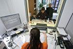 Сотрудница визового отдела принимает документы. Архивное фото