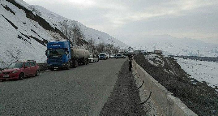 На 352-м километре автодороги Бишкек — Ош (перевал Кок-Бел) сошла лавина, из-за чего трассу закрыли