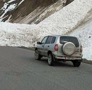 Автомобильный затор из-за лавины на автодороге Ош-Бишкек