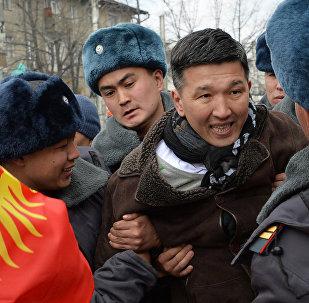 Задержание председателя молодежного политического движения Эркин Эл Мавляна Аскарбекова во время шествия за свободу слова в Бишкеке