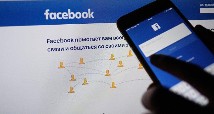 Страница социальной сети Фейсбук на экранах компьютера и смартфона. Архивное фото