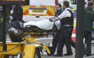 Медики оказывают помощь пострадавшему в результате стрельбы у здания британского парламента