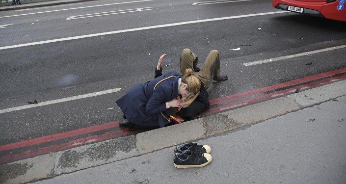Парламенттин жанында турган полиция кызматкерине бычак ургандан кийин жок кылынган. Укук коргоо органдары окуяны теракт деп аташты.