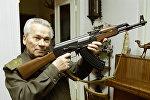 Всемирно известный изобретатель стрелкового оружия Михаил Калашников с автоматом АК-47. Архивное фото