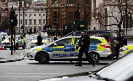 Сотрудники полиции и медики у здания британского парламента, где неизвестный совершил нападение на людей
