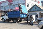 Сотрудники мэрии Бишкека во время демонтажа незаконных рекламных конструкций в Бишкеке