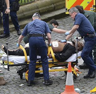 Тело предполагаемого террориста увозят на карете скорой помощи
