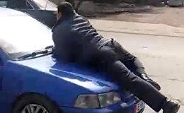Капотко сүйрөлгөн дагы бир милиционердин видеосу чыкты