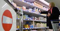 Женщина в супермаркете. Архивное фото