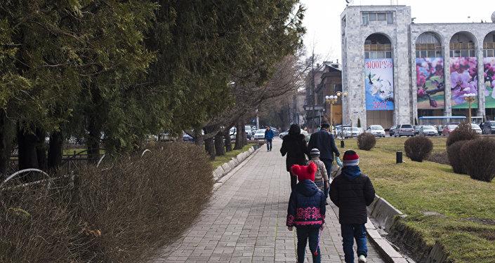 Горожане у площади Ала-Тоо в Бишкеке. Архивное фото