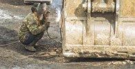 Рабочий во время ремонта ковша эскалатора. Архивное фото