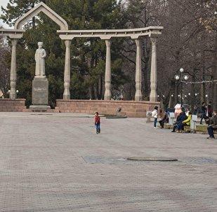 Горожане на аллее у памятника Курманджан датки в Бишкеке. Архивное фото