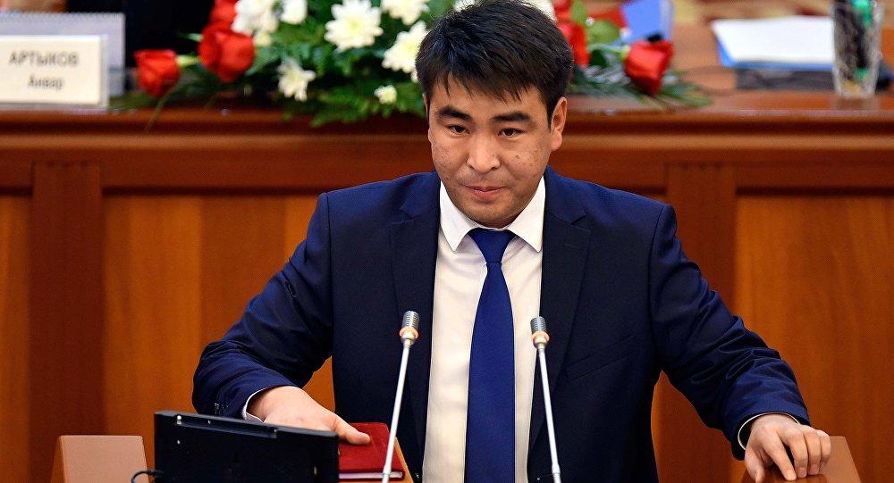 Депутат от фракции СДПК Жанарбек Акаев на заседании ЖК. Архивное фото
