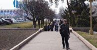 Люди на площади Ала-Тоо в Бишкеке. Архивное фото