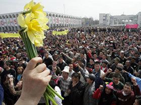 Ала-Тоо аянтындагы Атамбаев менен Бакиев. Март окуясын эске салган 24 сүрөт