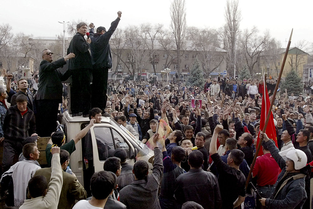 Болочокто президент боло турчу Алмазбек Атамбаев митингде сүйлөп жатат