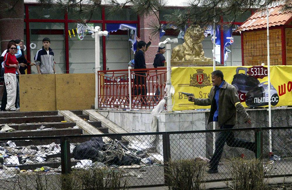 Аскар Акаевдин бийлиги кулатылгандан кийин Бишкекте талап-тоноочулук болгон. Элдик кошуундун өкүлү мародерлорду кубалап жатат
