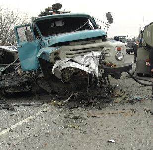 Лобовое столкновение Mercedes и бензовоза — видео с места ДТП