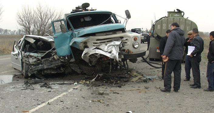 КамАЗ с бойцами протаранил дом вКиргизии, есть раненые
