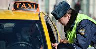 Таксисттин документтерин текшерип жаткан кызматкер. Архив