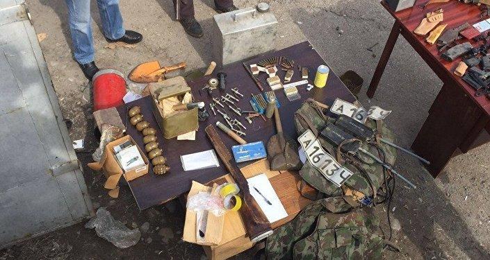 В ходе обыска было изъято крупное количество боеприпасов и оружия