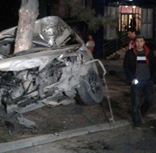 Последствия ДТП на пересечении улиц Юнусалиева (бывшая Карла Маркса) и Горького, где машина врезалась в дерево.