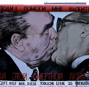 Өбүшүп жаткан Леонид Брежнев жана Эрик Хонеккер. Архив