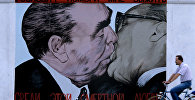 Целующиеся Леонид Брежнев и Эрик Хонеккер (глава ГДР). Архивное фото