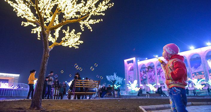 Праздничное оформление центральной площади Ала-Тоо. Архивное фото