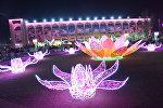 Светящая композиция на центральной площади Ала-Тоо в Бишкеке. Архивное фото