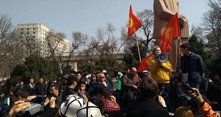 Полиция разогнала митингующих спецсредствами— Беспорядки вБишкеке