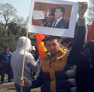 Сторонники экс-депутата Садыра Жапарова, митингующих в сквере имени М. Горького в Бишкеке