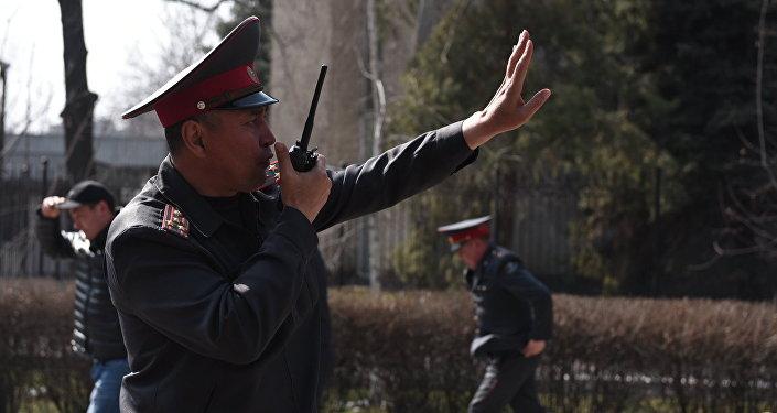 Сотрудник милиции в Бишкеке. Архивное фото