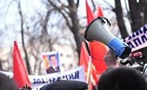 Садыр Жапаровдун тарапташтары митинг учурунда. Архив