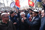Общественный деятель Турсунбек Акун на митинге сторонников в поддержку экс-депутата Садыра Жапарова у здания ГКНБ в Бишкеке