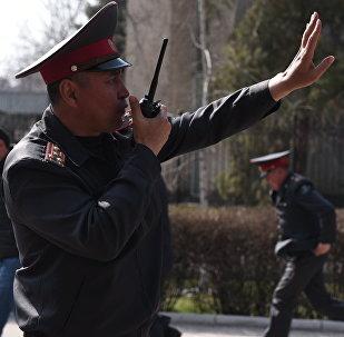 Сотрудник милиции во время митинга в поддержку экс-депутата Садыра Жапарова у здания ГКНБ