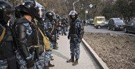 Сотрудники МВД у здания ГКНБ после разгона митингующих в Бишкеке
